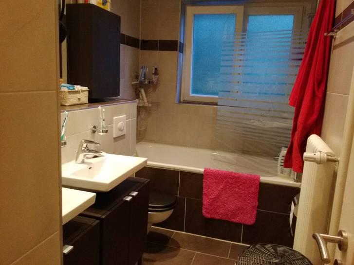 sehr guter zustand 3 zimmer wohnung in biel bienne 2500 biel bienne eingang bad wc k che mit. Black Bedroom Furniture Sets. Home Design Ideas