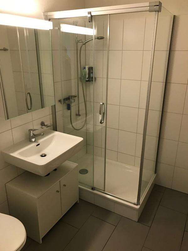Moderne 1 5 zimmer wohnung mit praktischem reduit 8645 for Badezimmer jona