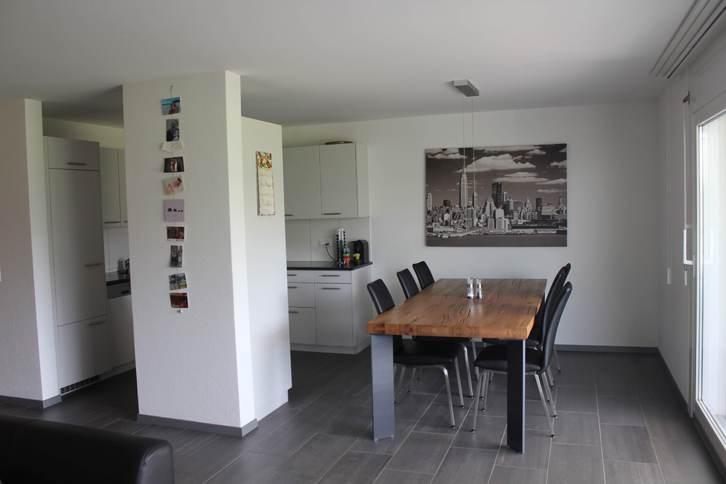 Geräumige, helle 3 1/2 Zimmer-Wohnung mit unverbautem Blick ins Grüne und grossem, verglastem Balkon 2