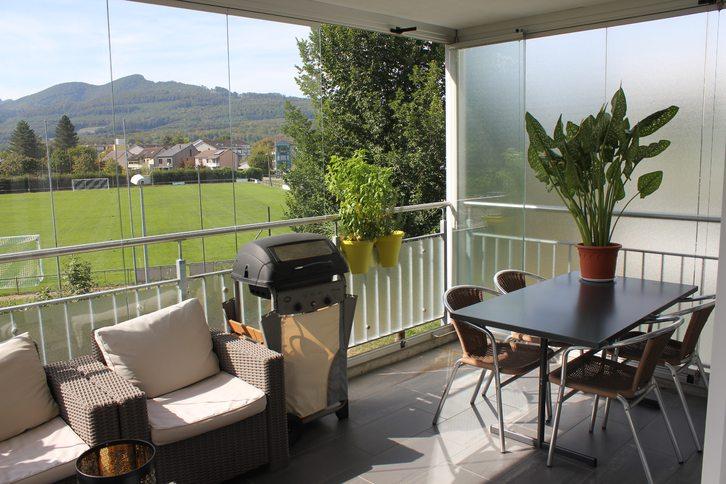 Geräumige, helle 3 1/2 Zimmer-Wohnung mit unverbautem Blick ins Grüne und grossem, verglastem Balkon 3