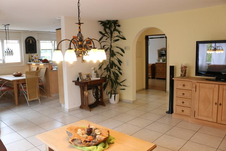 Ruhig gelegene, helle und grosszügige 4.5 Zimmer Wohnung in 3 Parteien Haus incl. Garage und Aussenstellplatz 6042 Dietwil