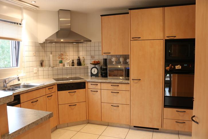 Ruhig gelegene, helle und grosszügige 4.5 Zimmer Wohnung in 3 Parteien Haus incl. Garage und Aussenstellplatz 2