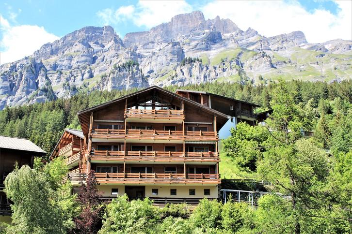 SUPER PREIS ! Haus SCHNEEHORN, helle 2.5-Zimmer-Eckwohnung mit 2 Balkonen und super Aussicht 3954 Leukerbad