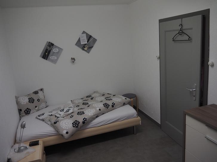 Einzelzimmer im EG eines Wohnhauses, gemeinsam genutztes Bad, keine Küche 2943 Vendlincourt