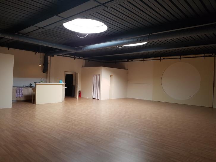1 grosser frisch renovierter Raum Gewerbefläche zur Mitbentzung Stunden/Tageweise nach Absprache zu vermieten.  3800 Unterseen
