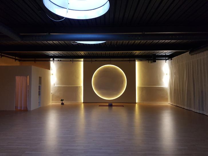 1 grosser frisch renovierter Raum Gewerbefläche zur Mitbentzung Stunden/Tageweise nach Absprache zu vermieten.  2