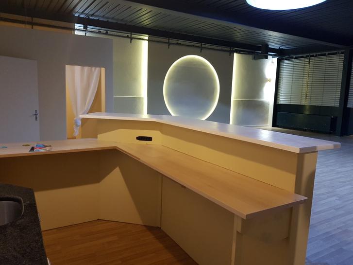 1 grosser frisch renovierter Raum Gewerbefläche zur Mitbentzung Stunden/Tageweise nach Absprache zu vermieten.  3