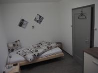 Einzelzimmer im EG eines Wohnhauses, gemeinsam genutztes Bad, keine Küche